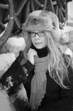 Donna abbastanza elegante nella retro priorità bassa di inverno Fotografia Stock Libera da Diritti
