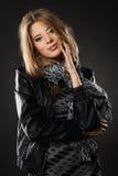 Donna abbastanza elegante in rivestimento di cuoio nero Fotografia Stock