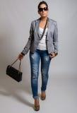 Donna abbastanza giovane casuale alla moda Fotografie Stock
