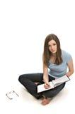 Donna abbastanza giovane che cattura le note fotografie stock