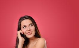 Donna abbastanza giovane che chiama dal telefono Immagini Stock