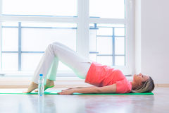 Donna abbastanza giovane che fa esercitazione di yoga Fotografie Stock Libere da Diritti