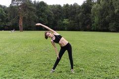 Donna abbastanza giovane che fa yoga Immagini Stock