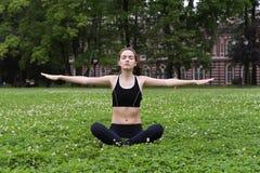 Donna abbastanza giovane che fa yoga Fotografie Stock Libere da Diritti