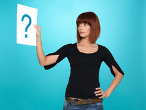 Donna abbastanza giovane che mostra un punto interrogativo Fotografie Stock