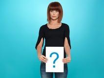 Donna abbastanza giovane che mostra un punto interrogativo Immagini Stock