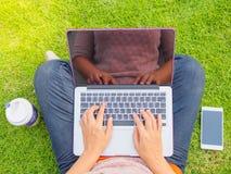 Donna abbastanza giovane che per mezzo del computer portatile Immagini Stock Libere da Diritti
