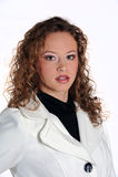 Donna abbastanza giovane che propone su una priorità bassa bianca Fotografia Stock Libera da Diritti