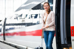 Donna abbastanza giovane che si imbarca su un treno Fotografie Stock Libere da Diritti