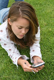 Donna abbastanza giovane che usando un PDA Fotografie Stock