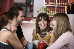 Donna abbastanza giovane circondata da Friends immagini stock