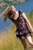 Donna abbastanza giovane con i capelli di volo Fotografie Stock