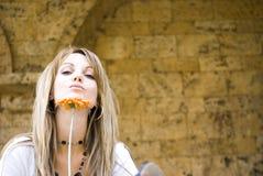Donna abbastanza giovane con il fiore Fotografia Stock Libera da Diritti