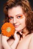 Donna abbastanza giovane con il fiore fresco Immagine Stock