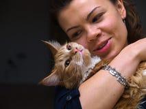 Donna abbastanza giovane con un gatto Immagine Stock Libera da Diritti