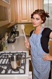 Donna abbastanza giovane in cucina fotografie stock libere da diritti