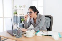 Donna abbastanza giovane di affari che per mezzo del computer portatile mobile Fotografie Stock