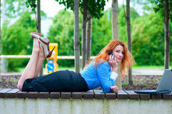 Donna abbastanza giovane di affari che per mezzo del telefono cellulare Fotografie Stock Libere da Diritti