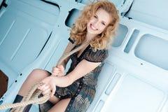Donna abbastanza giovane nelle corde in furgone del carico Fotografia Stock Libera da Diritti