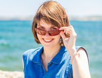 Donna abbastanza giovane in occhiali da sole Fotografia Stock