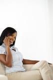 Donna abbastanza giovane sul mobile Immagine Stock