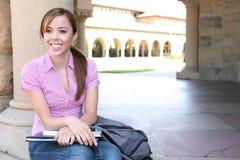 Donna abbastanza giovane sulla città universitaria dell'istituto universitario Fotografie Stock Libere da Diritti