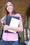 Donna abbastanza giovane sulla città universitaria dell'istituto universitario Fotografia Stock