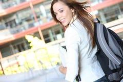 Donna abbastanza giovane sulla città universitaria dell'istituto universitario Immagine Stock
