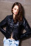 Donna abbastanza giovane in un rivestimento nero di cuoio Fotografia Stock