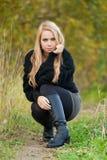 Donna abbastanza giovane in una sosta in giorno di autunno Immagini Stock Libere da Diritti