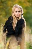 Donna abbastanza giovane in una sosta in giorno di autunno Immagini Stock