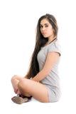 Donna abbastanza giovane in vestito grigio immagini stock