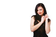 Donna abbastanza giovane in vestito nero Fotografie Stock