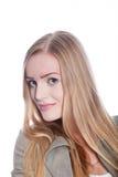 Donna abbastanza lunga dei capelli biondi che esamina macchina fotografica Immagini Stock Libere da Diritti