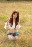Donna abbastanza tailandese soddisfatta della lente d'ingrandimento. Immagini Stock Libere da Diritti