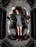 Donna abbattuta nel tappeto Fotografie Stock