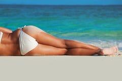 Donna abbronzata in bikini fotografie stock