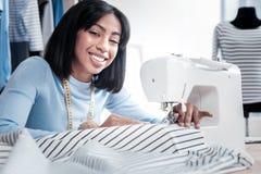 Donna abile contentissima che fa un vestito immagini stock libere da diritti
