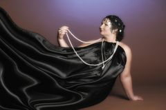 Donna in abiti orientali nel nero con le perle fotografia stock