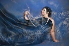 Donna in abiti orientali nel nero con le perle fotografia stock libera da diritti