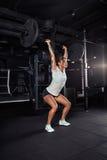 Donna in abiti sportivi che fanno allenamento del crossfit Fotografie Stock