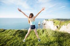 Donna in abiti sportivi che si prepara all'aperto Fotografia Stock Libera da Diritti