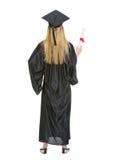 Donna in abito di graduazione che mostra diploma Fotografie Stock