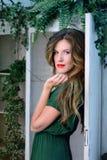 Donna in abito di verde di modo di bellezza, vestito da sera lungo con i fiori Immagine Stock Libera da Diritti