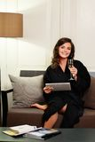 Donna in accappatoio che si rilassa con il vetro di champagne Fotografia Stock