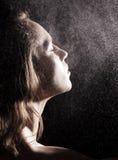 Donna in acquazzone Fotografia Stock