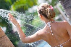 Donna in acquazzone esterno Fotografie Stock