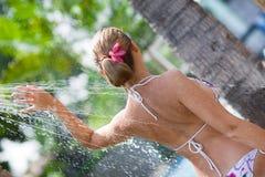 Donna in acquazzone esterno Fotografia Stock