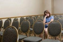 Donna ad un congresso noioso fotografie stock libere da diritti