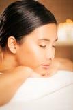 Donna ad un salone di massaggio fotografie stock